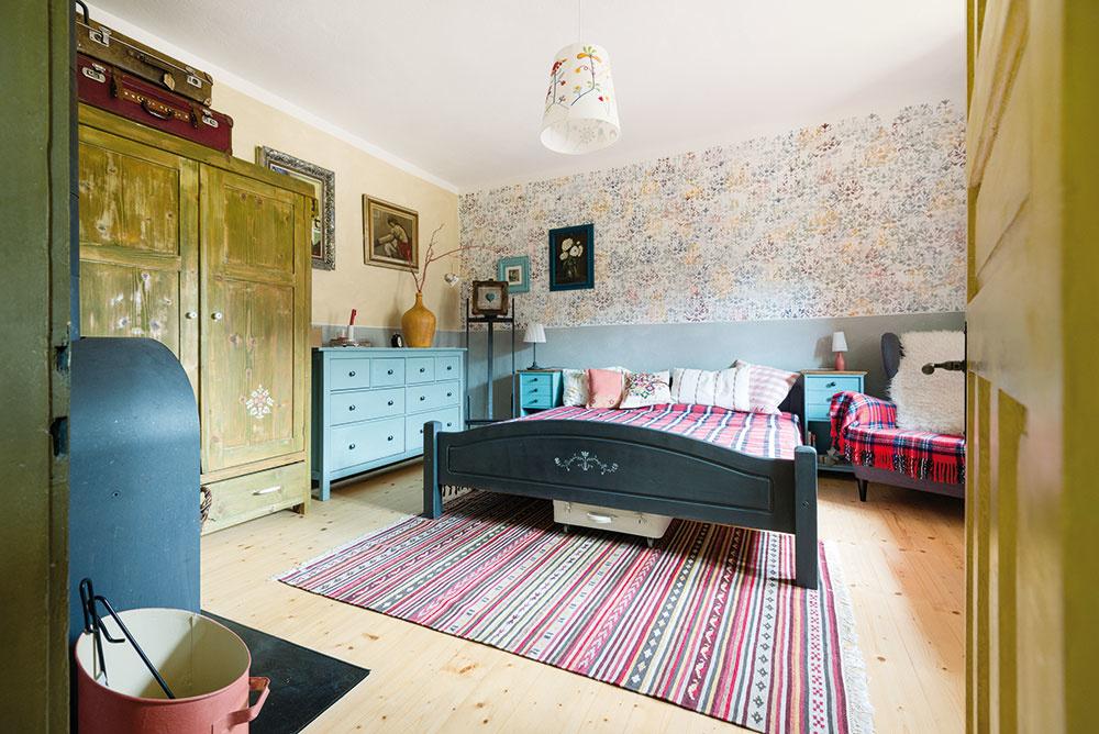 Hlavná spálňa je čarovným miestom. Plná pokoja, kde každý kút dýcha vidieckou nostalgiou.