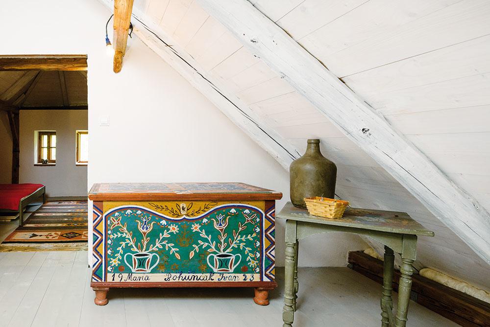 Truhlica je pôvodná. Jediný kúsok, ktorý na chalupe nebolo potrebné meniť. Pre Evku predstavuje inšpiráciu ado domu vnáša tradíciu.