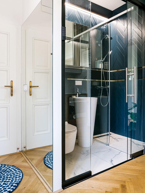 Kúpeľňa za sklom. Vmalom priestore sa síce nedali zrealizovať všetky Michalove predstavy, to základné sa však architektom podarilo: kúpeľňu napríklad oddeľuje od kuchyne len sklenená stena, vďaka čomu pôsobí ako súčasť vzdušného otvoreného priestoru.