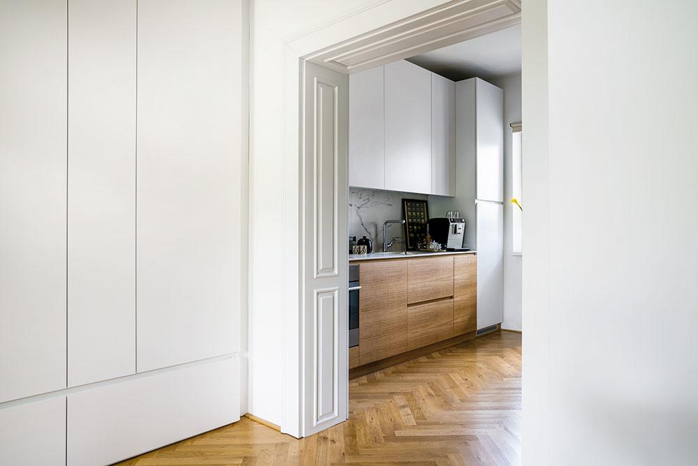 Vmalom byte sa sdispozíciou veľmi čarovať nedalo. Architekti však miestnosti čo najviac otvorili, aby svetlo bez prekážok prúdilo naprieč celým priestorom, anavrhli vstavaný nábytok aodkladacie priestory tak, aby dosiahli praktický azároveň čo najviac vzdušný interiér.