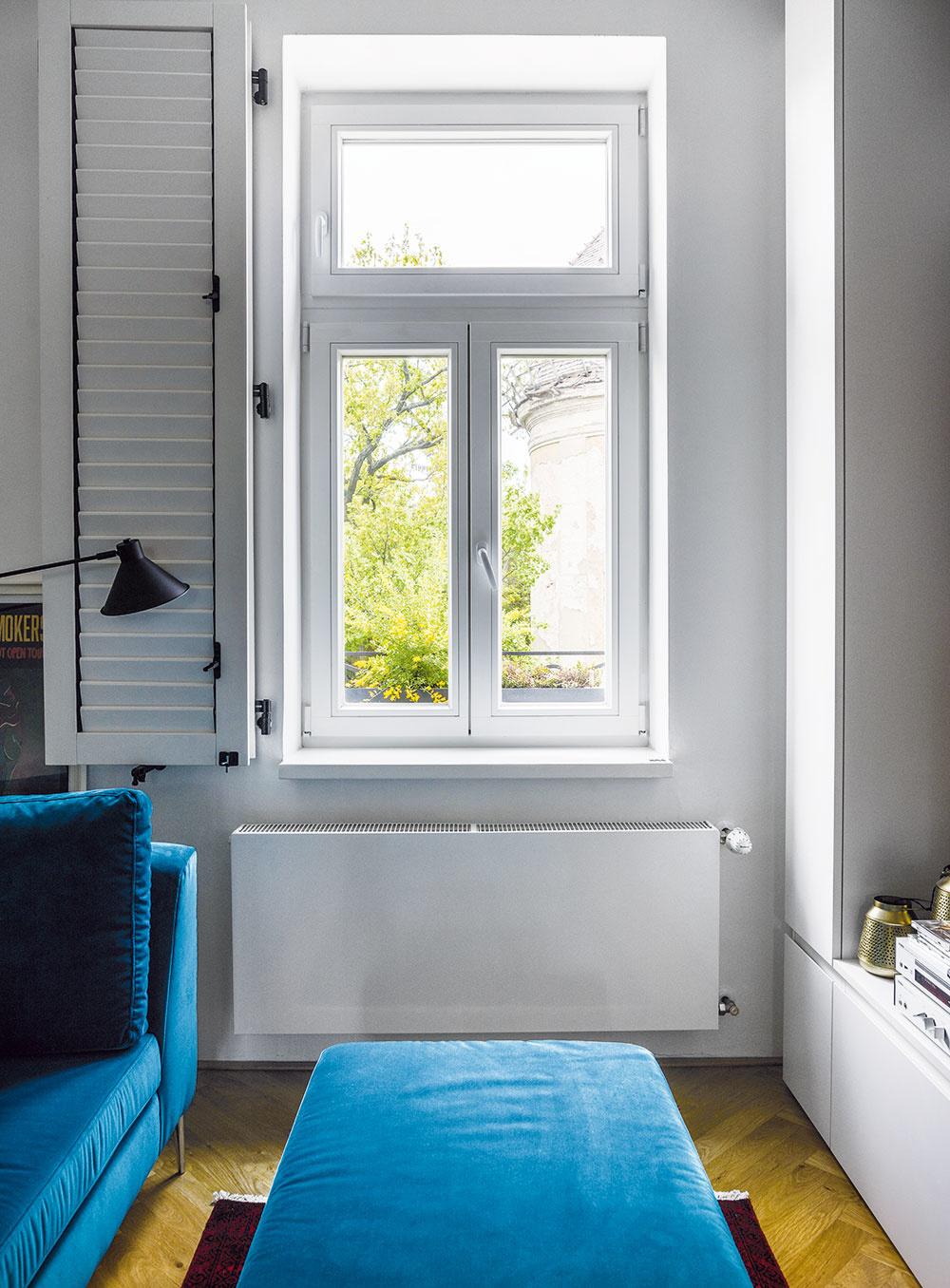 """Novými drevenými oknami so štýlovými vnútornými okenicami nahradili plastové zpredchádzajúcej rekonštrukcie. """"Michal si nechal poradiť atam, kde to bolo potrebné, investoval do kvalitných vecí. Najmä pri zabudovaných prvkoch je to dôležité. Aokná sú taký základ, človek ich nemení tak často ako napríklad nábytok,"""" radí architektka."""