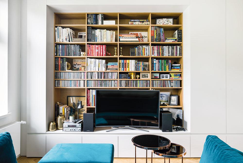 """Úložné priestory sú navrhnuté tak, aby všetko spolu ladilo azároveň byt nepôsobil zapratane. """"Všetky stolárske výrobky nám na mieru zrealizovali vstolárstve Femos, kde sme sa mohli pri každom detaile spoľahnúť na kvalitné spracovanie,"""" chváli architektka Martina Pulmanová."""