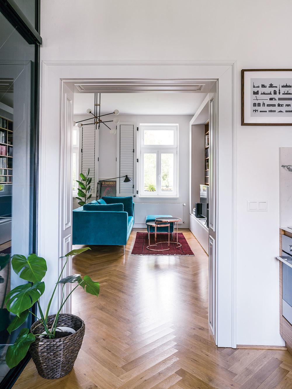 """Funkčnú časť bytu, teda dispozíciu avstavaný nábytok, navrhli architekti zo štúdia NOO, zvyšok zariadenia je majiteľov vklad. """"Výber mobiliára aj doplnky sú Michalova voľba. Chceli sme, aby sa tu prejavil jeho vkus acit pre dizajn. My sme vtomto smere pomáhali skôr konzultačne,"""" hovorí Martina Pulmanová."""