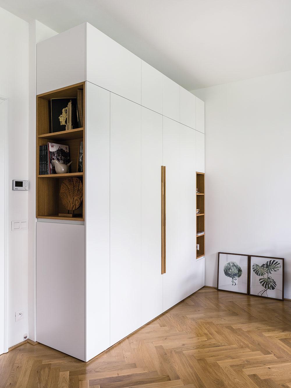 Keď sa maličký byt stane priestranným: Spálňa v skrini, kúpeľňa za sklom