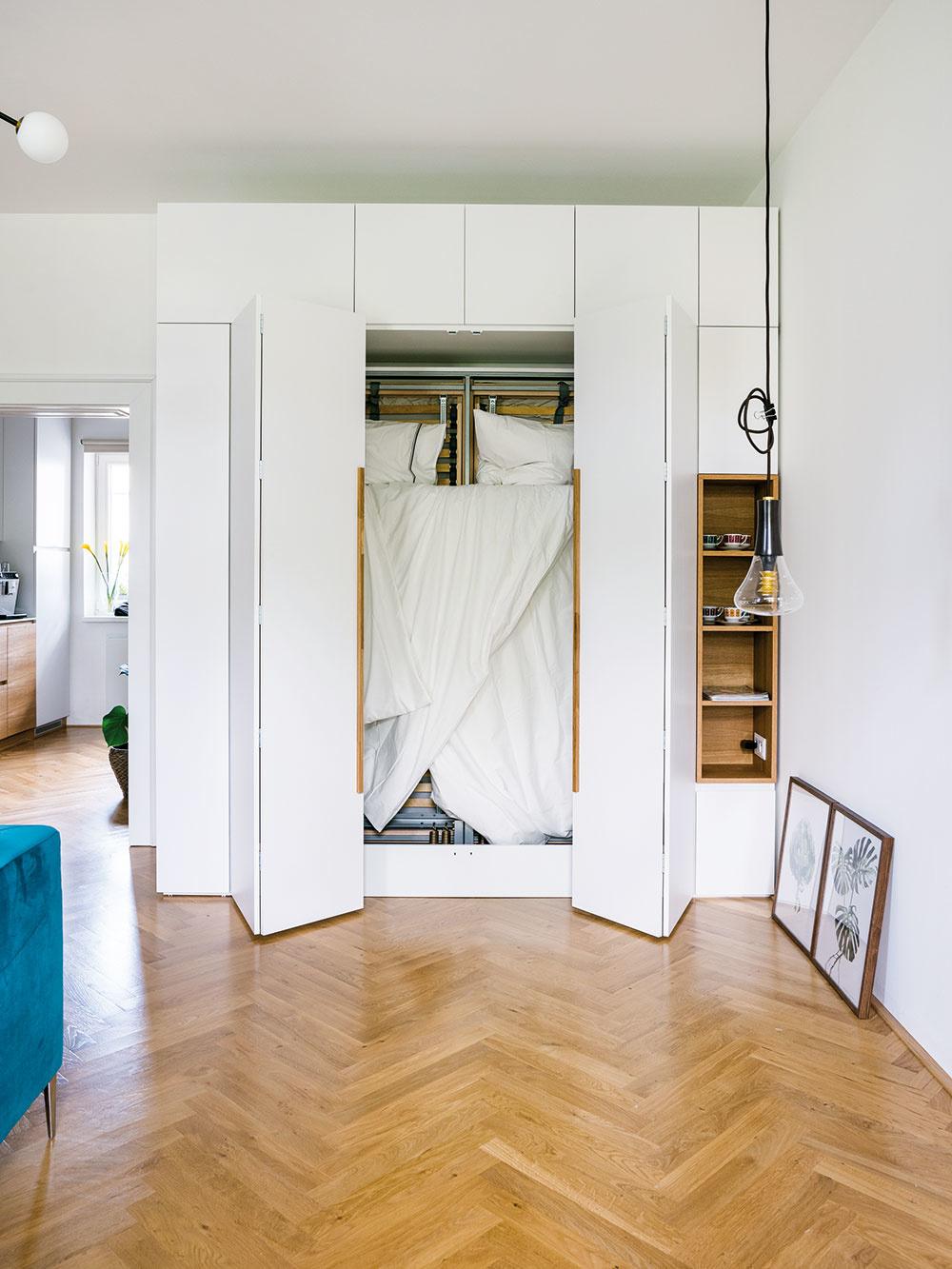 Sklápacia posteľ zabudovaná vskrini je vjednoizbovom byte šikovným riešením. Treba ju síce každý večer aráno skladať, ak ale nechcete mať zmalého bytu veľkú spálňu, musíte rovnako skladať aj rozťahovací gauč.
