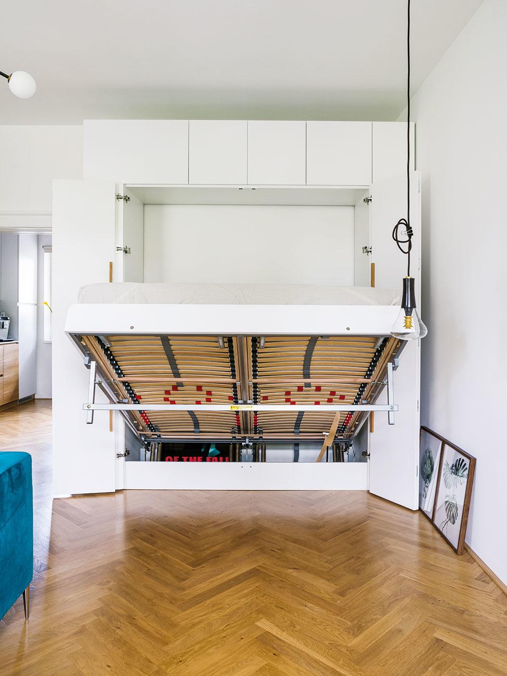 Skriňa je navrhnutá oniečo väčšia, aby vnej bol priestor aj na police, je tu tiež skrytý kôš na špinavú bielizeň. Perinák je súčasťou postele anad ňou je ďalší úložný priestor.