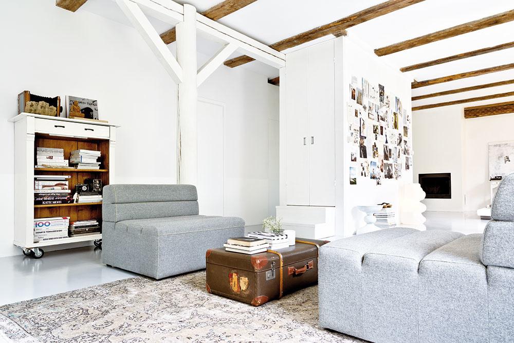 INTERIÉR DOMU je minimalistický aautentický. Vychádza zestetiky wabi-sabi, kombinuje bielu sjemnými akcentmi farieb aspája súčasný dizajn sobľúbeným nábytkom dedeným zgenerácie na generáciu.