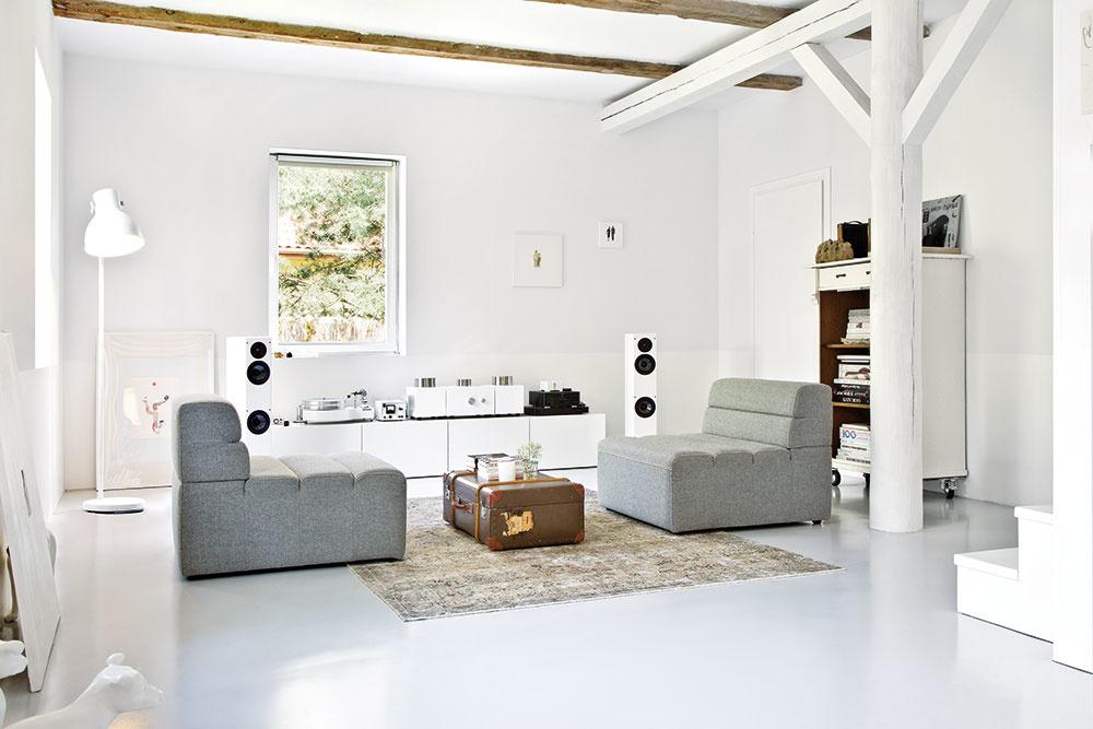 PRÍRODNÉ PRVKY, svetlá podlaha, murované steny a drevené trámy tvoria prívetivú, uvoľnenú atmosféru.