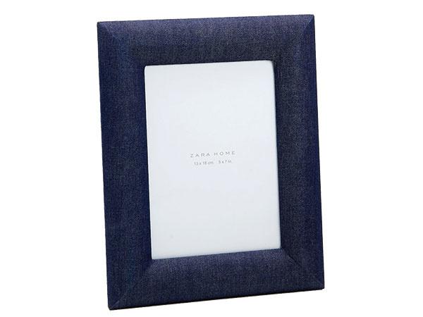 Rámik v denimovej modrej, kov, sklo, papier, bavlnená látka, 19 × 24 cm, 19,99 €, www.zarahome.com