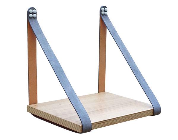 Polica na knihy od značky H & G Designs, drevo, koža, 30 × 40 cm, 160 €, www.hellolittlebirdiestore.com.au