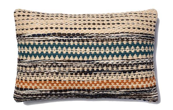 Farebný vankúš, Jordan Pillow, 20 % bavlna, 80 % vlna, zapínanie na zips, 53 × 33 cm, 66,55 €, www.peaceloveanddecorating.com