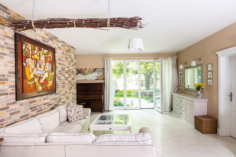 Súčasný interiér vo vidieckom štýle: Rodinný dom v Bernolákove zariadený so srdcom