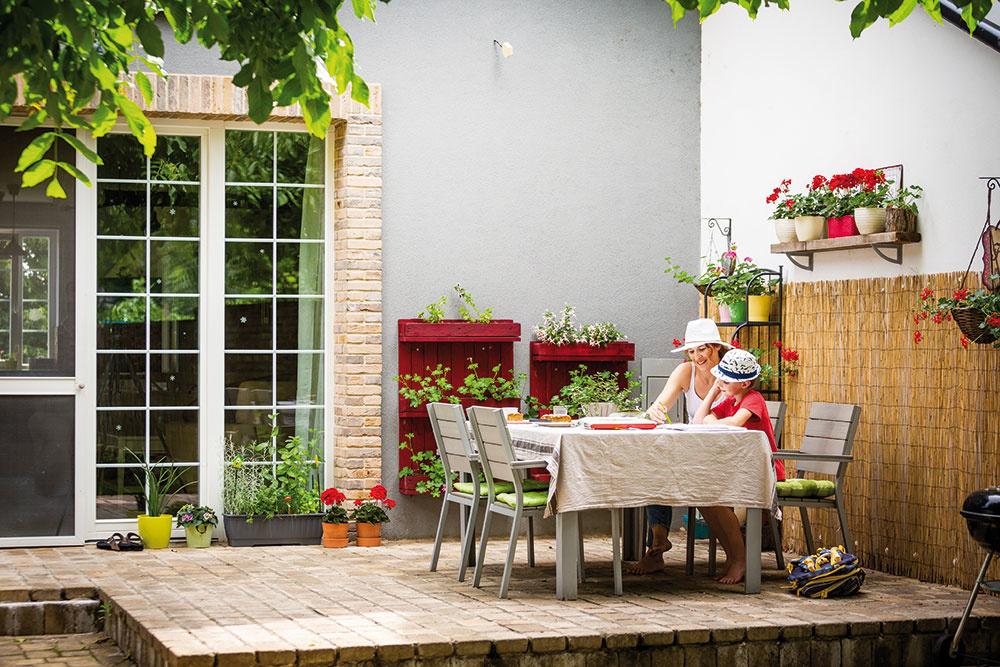 TERASA JE VTIENI aj počas horúcich slnečných dní vďaka obrovskému orechu. Majiteľka na nej pestuje kvety abylinky.