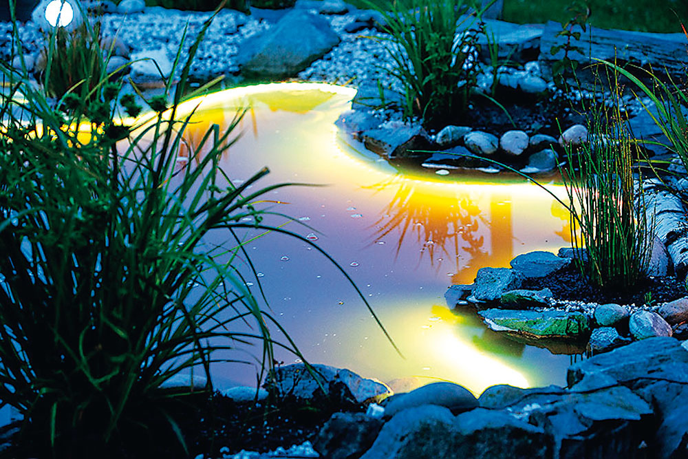 Jazierkové osvetlenie možno použiť po okrajoch, nad vodnou hladinou, ale ipod vodou. Vyberte si buď LED pásik steplou bielou farbou alebo LED pásik so zmenou farby. Obe predáva www.hornbach.sk.