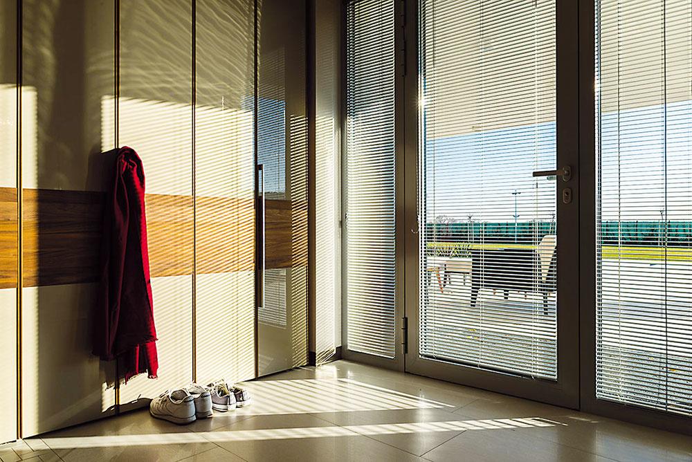 HLINÍKOVÉ horizontálne ŽALÚZIE sú najrozšírenejším druhom interiérového tienenia vďaka výbornému pomeru ceny a kvality. Zabraňujú nežiaducim pohľadom a regulujú vstup svetla do miestnosti. www.ksystem.sk