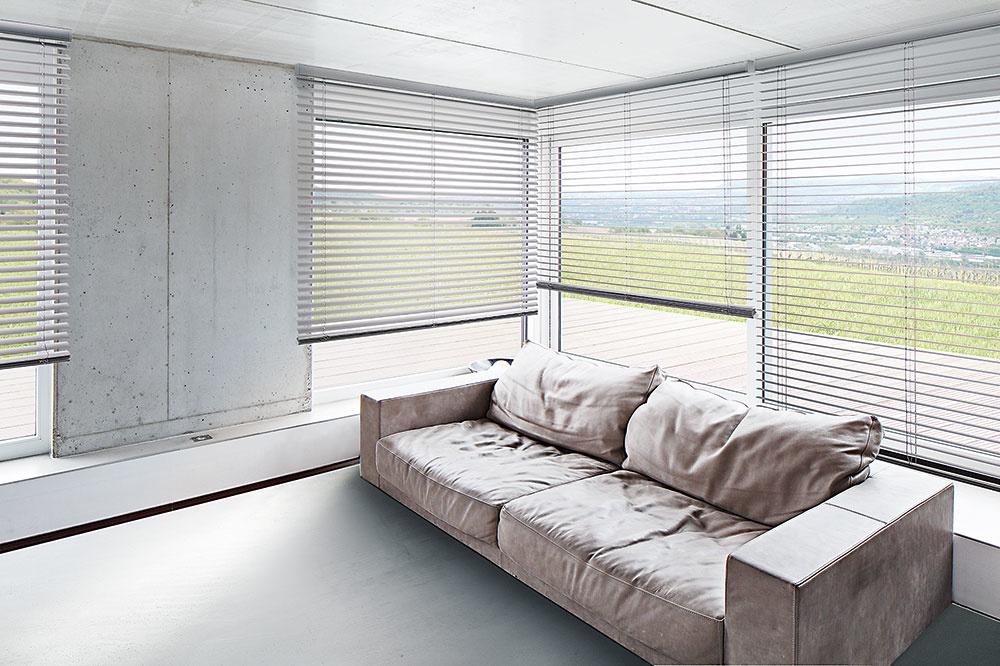 Inovatívnym modelom horizontálnych žalúzií je typ TwinLine. Záves, voľne posúvateľný smerom nahor a nadol, môže zostať v akejkoľvek polohe na okne a zároveň môžu žalúzie zostať v individuálnom uhle. www.shadowsys.sk