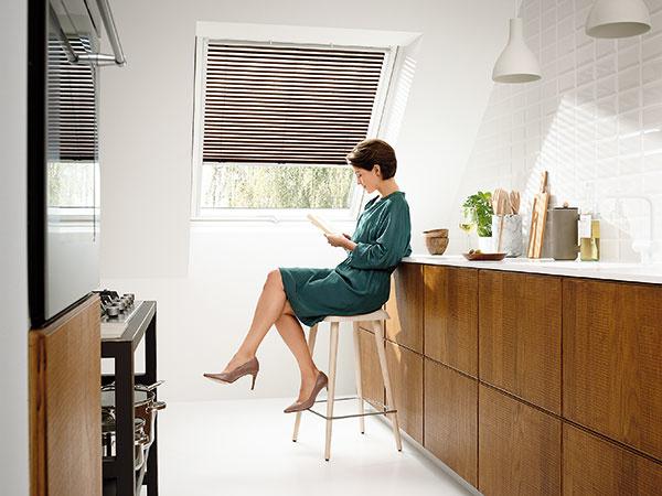Čo na interiérové tienenie: Rolety alebo žalúzie?