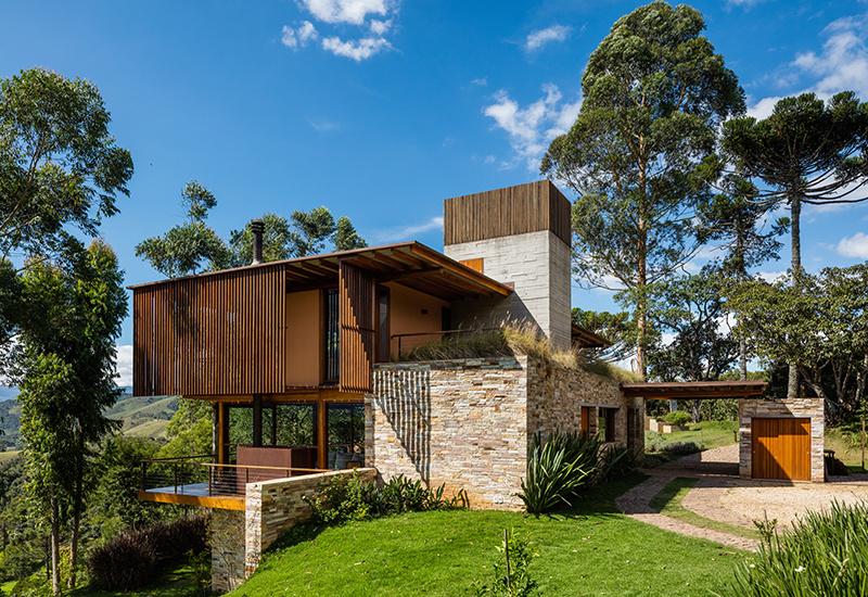 Trojpodlažný dom na kopci: Veľká úžitková plocha, minimálny zásah do zelene