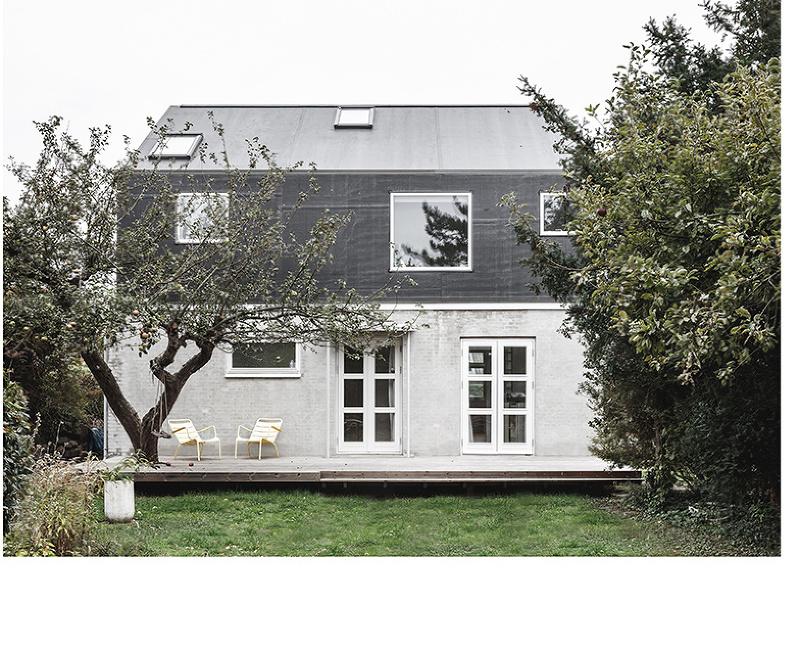 """Starý dom s modernou """"helmou"""": Prístavba, ktorá nezasiahla do záhrady"""