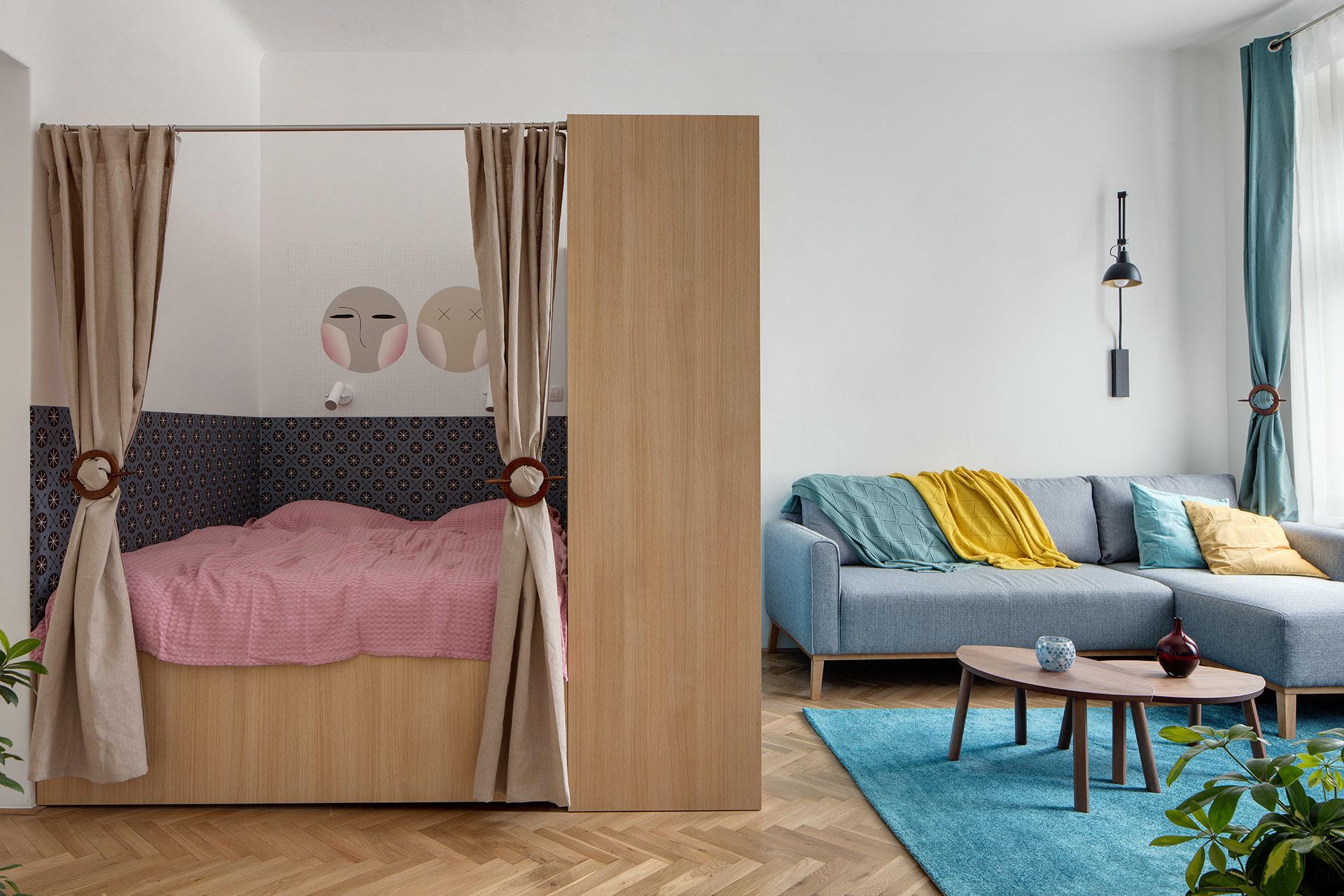 Starý byt v Prahe ožil farbami a dobrými nápadmi