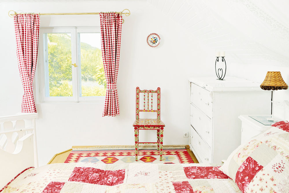 Kockované akárované textílie pôvabne zútulňujú každý kútik chalupy či domu. Je to výborná alternatíva pre tých, čo si na drobné kvietky amašle nepotrpia. Červená farba prežiari nielen kuchyňu, ale inapríklad vašu spálňu. Kocka je dominantná, vynikne skôr na jednofarebných stenách vbielych či teplých tónoch.