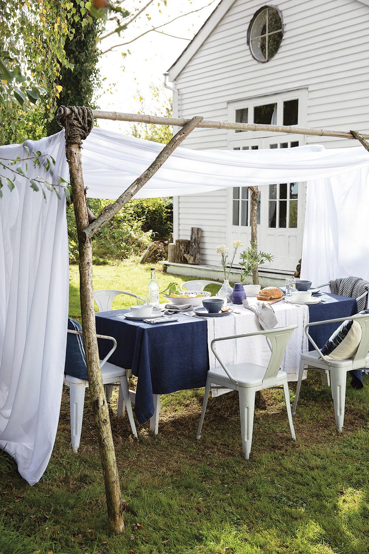 Vo veľkej záhrade nie ste obmedzení priestorom. Ak vám chýba tieň nad stolom, postavte si jednoduchú drevenú konštrukciu. Baldachýn zlátky navodí jedinečnú romantickú atmosféru.