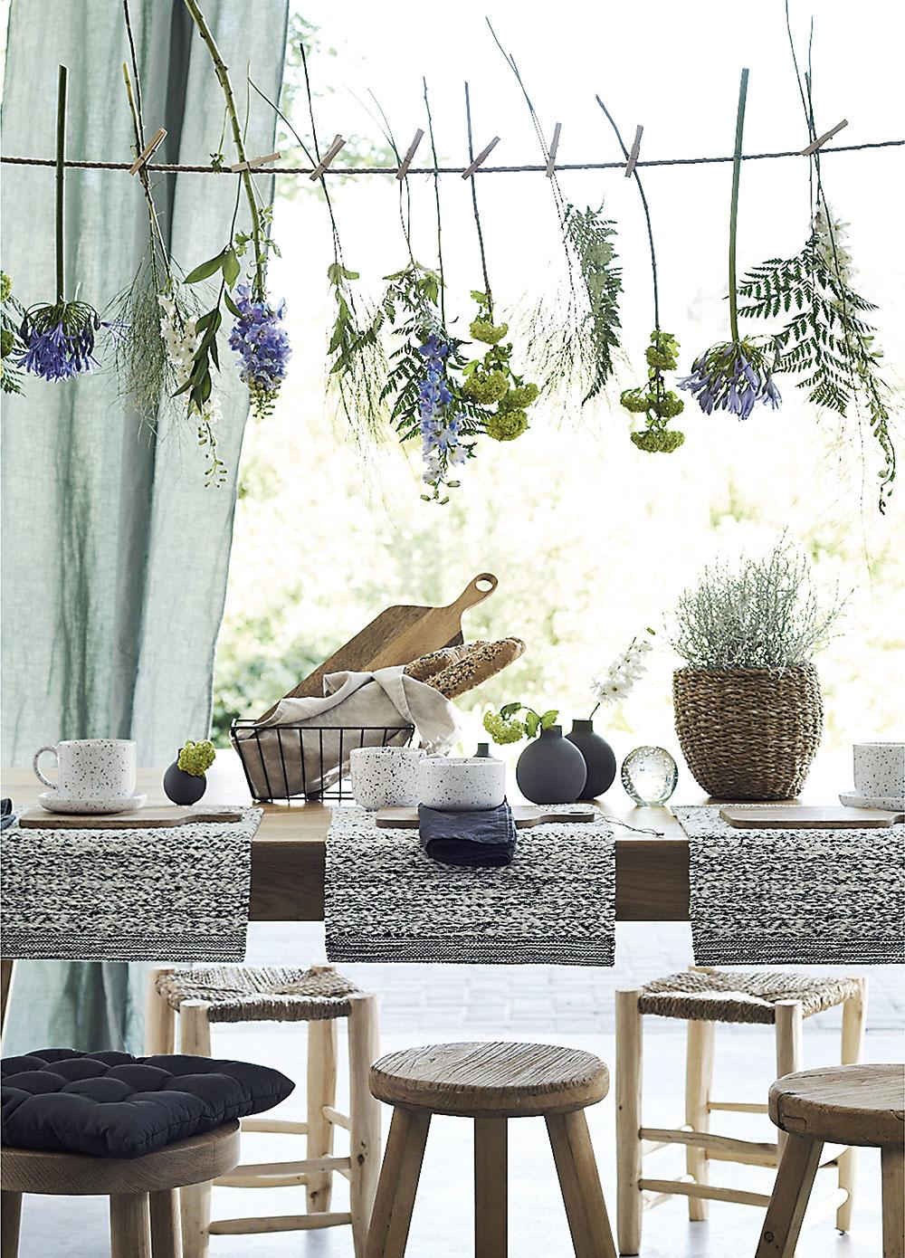 Kvetiny nad hlavou. Vidiecky štýl nemá varanžovaní takmer žiadne pravidlá, napríklad, stačí natrhať pár kvetov zo záhrady aprištipcovať ich na špagát. Možno použiť aj tradičné bylinky.