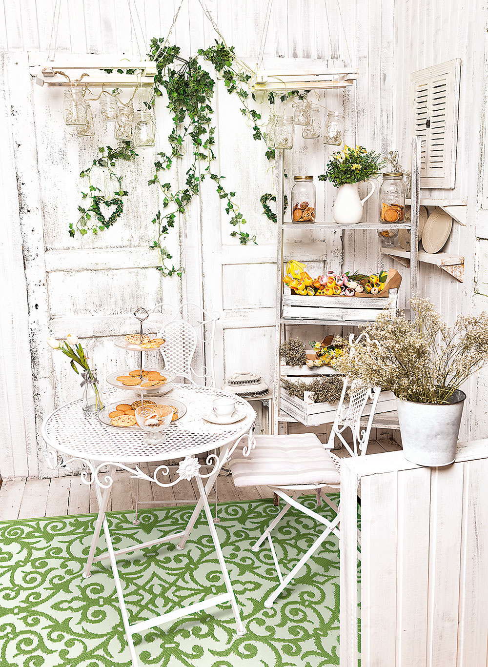 Koberec vonku? A prečo nie? Aj pri stolovaní na vzduchu si možno dopriať pohodlie. Priestor zútulní a pekne dotvorí váš stolovací kútik. Ekologický vonkajší koberec od značky Green Decore za 71,89 € predáva Bonami.