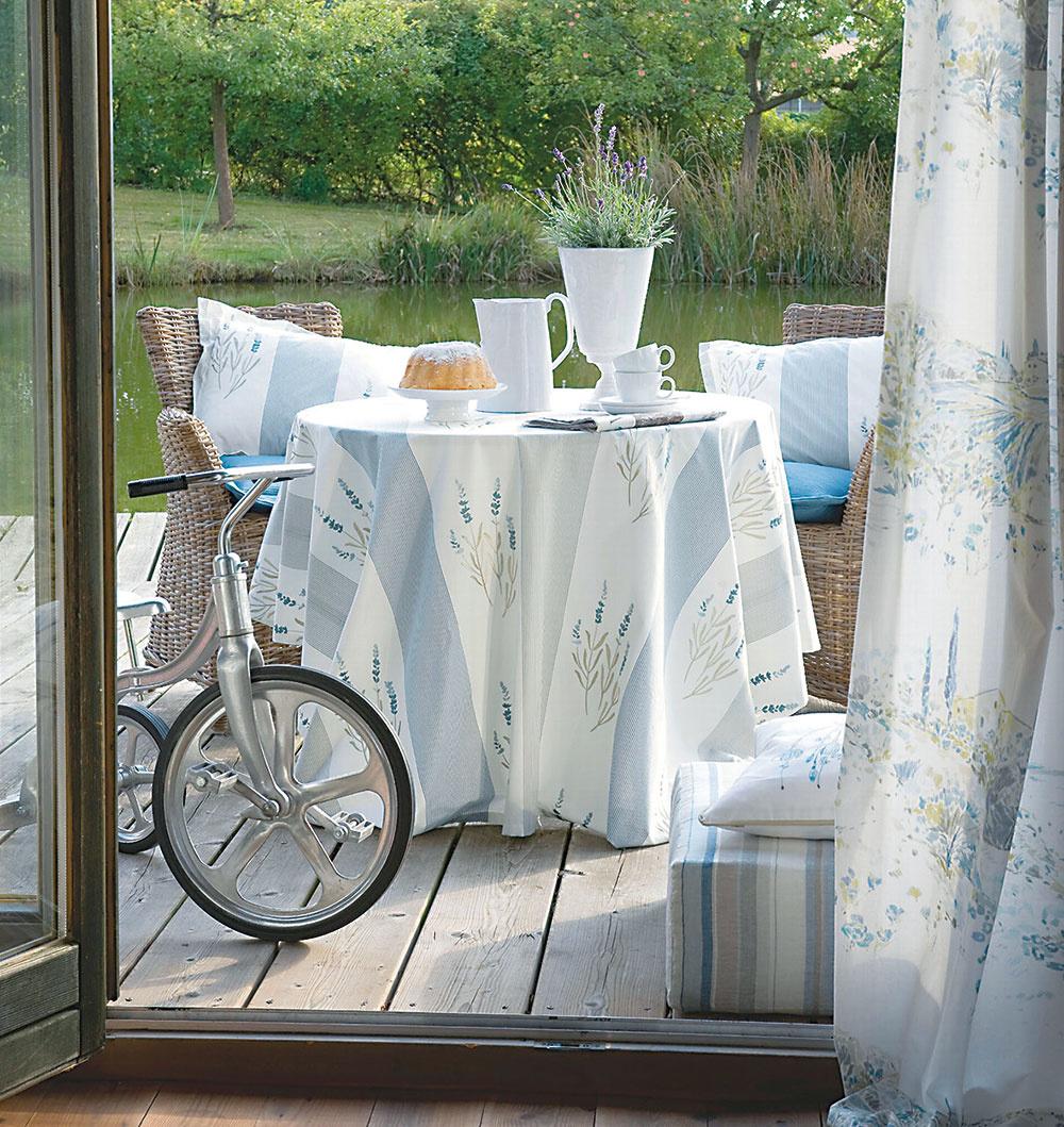 Príprava jedla sa nemusí odohrávať len v záhrade. Ak ho pripravujete v dome, ideálne je mať kuchyňu napojenú na terasu. Tak bude všetko potrebné hneď poruke. Na takéto miesto zvoľte jednoduchý mobilný nábytok, ktorý vždy môžete odložiť. FOTO JAB ANSTOETZ FABRICS