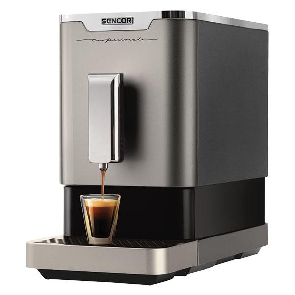 Espresso kávovar Sencor SES 7010NP s LED panelom zapadne svojou eleganciou do každej kuchyne. Ľahko sa obsluhuje vďaka dotykovým tlačidlám a kávu pripraví veľmi rýchlo už za 42 sekúnd od zapnutia prístroja pod tlakom 19 barov. Je vybavený patentovanou sparovacou jednotkou kompaktnej veľkosti, ktorá sa ľahko čistí a je vhodná aj do umývačky riadu. Za kvalitou nezaostáva ani zabudovaný elektrický mlynček z nehrdzavejúcej ocele. Kapacita zásobníka na kávu je 150 g a zásobníka na vodu 1,1 l. Ku komfortu prispievajú rôzne signalizátory, automatické samočistenie, ale aj pamäť veľkosti šálky a jej osvetlenie. Cena 239 €, www.sencor.sk.