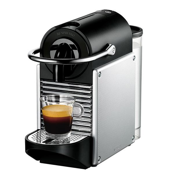 Kapsulový kávovar PIXIE Electric Aluminium od značky De´Longhi na kapsuly Nespresso je navrhnutý tak, aby dosiahol správnu teplotu na lúhovanie kávy počas 25 sekúnd, maximálne šetril priestorom (rozmer len 11,1 × 23,5 × 32,6 cm) a aby práca s ním bola čo najjednoduchšia. Nespresso sa starostlivo venuje výberu pestovateľských krajín, ktoré mu dodávajú kávu. Zároveň má ako jeden z mála vyvinutý recyklačný program pre použité kapsule, o ktorom sa dočítate viac na www.nespresso.com/sk.