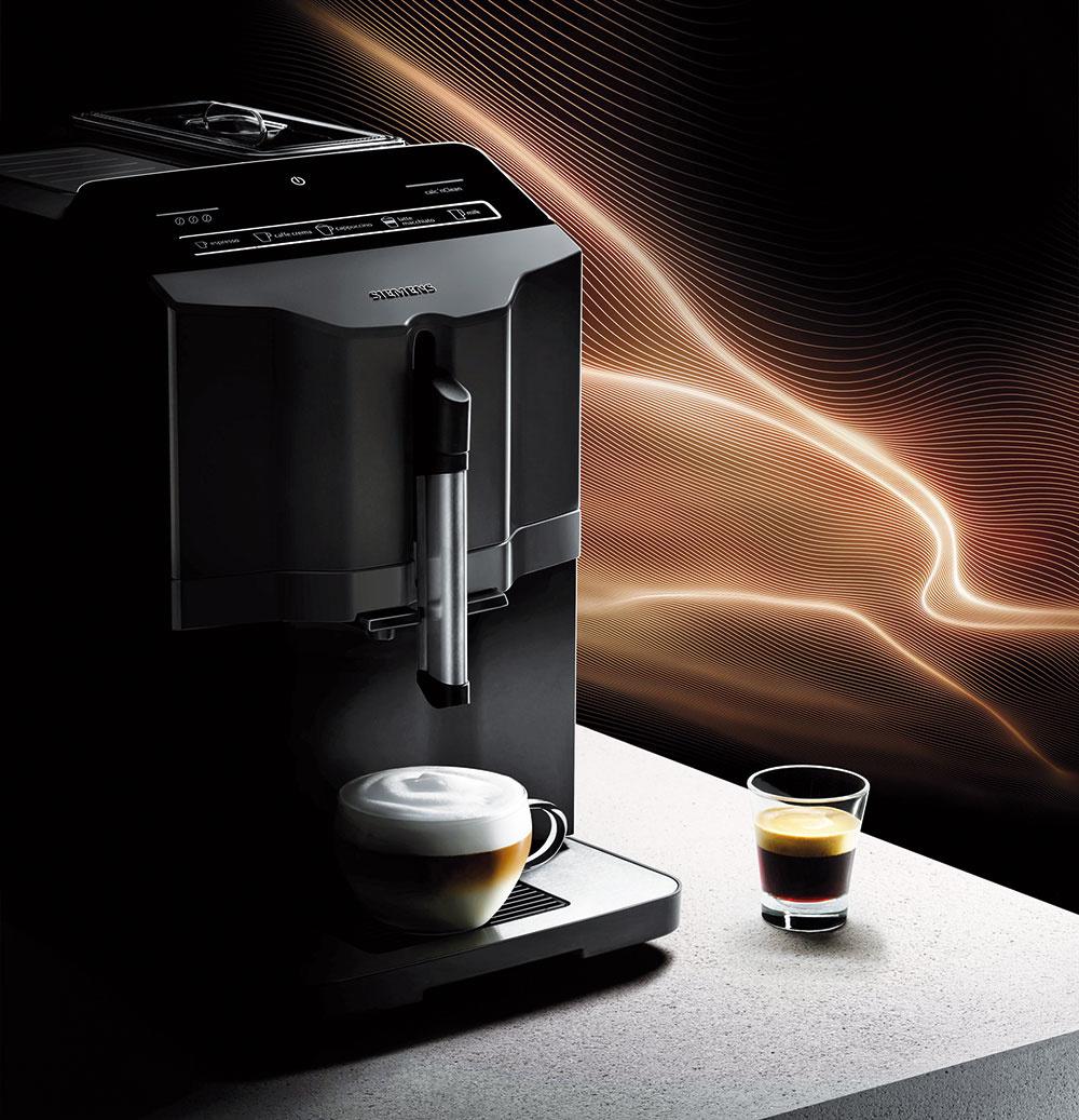 Plnoautomatický kávovar Siemens TI305206RW má zabudované tri vzájomne sa dopĺňajúce systémy: keramický mlynček, inteligentný systém ohrevu vody sensoFlow a kvalitnú sparovaciu jednotku. Káva sa pripravuje veľmi ľahko vďaka intuitívnemu displeju s dotykovými tlačidlami. Zaručená je stála sparovacia teplota medzi 90 – 95 °C počas celého procesu sparovania. Mliečna dýza napení mlieko priamo v šálke, všetko spustením jedného tlačidla. Zásobník na vodu má objem 1,4 l a do zásobníka na kávu nasypete 250 g kávy. Kávovar sa čistí automaticky. Ľahko vyberateľnú sparovaciu jednotku vyčistíte pod tečúcou vodou. Cena 699 €, www.siemens-home.com/sk.