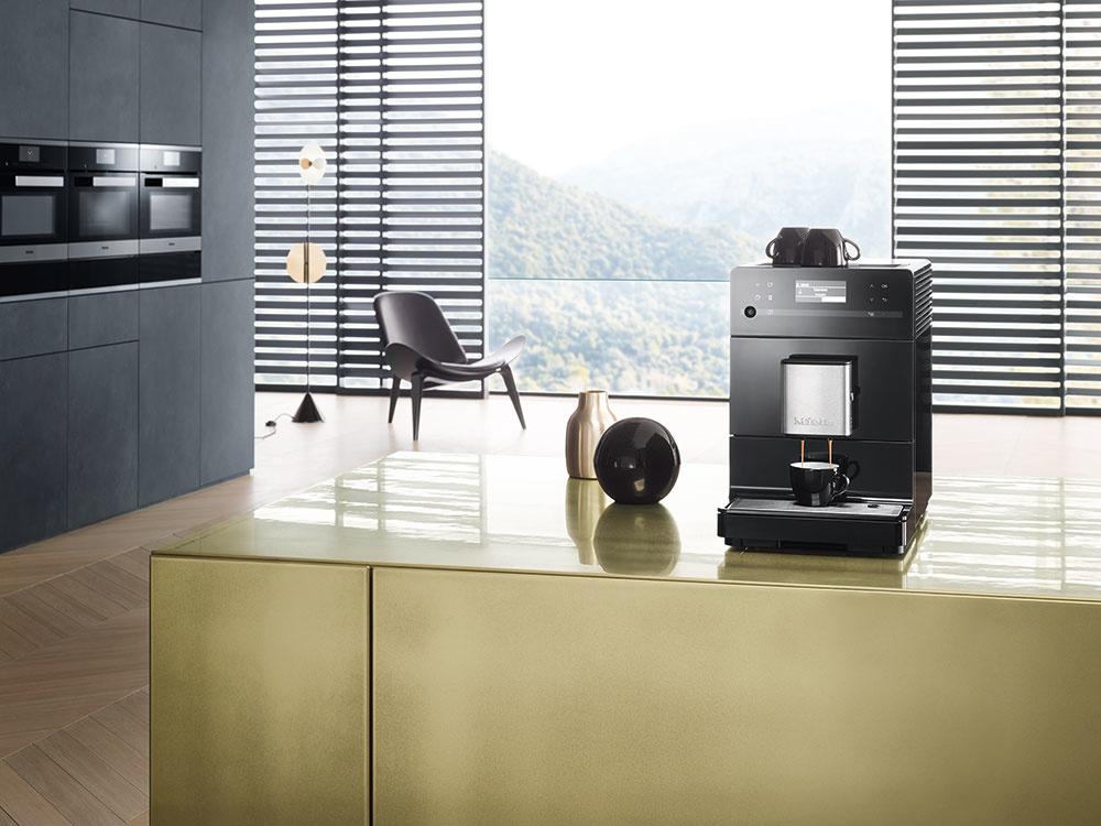 Voľne stojaci kávovar Miele CM 5300 disponuje individuálnym nastavením presného stupňa namletia, teploty sparenia, predsparenia, ako aj množstva vody. Sparovacia jednotka je dostatočne veľká, aby sa aróma kávy mohla plne rozvinúť. K ďalším prednostiam prístroja patrí jeho nízka hlučnosť, funkcia OneTouch for Two, ktorá umožňuje súčasnú prípravu dvoch nápojov stlačením tlačidla. Okrem zásobníka na zrnkovú kávu s objemom 200 g je súčasťou prístroja aj zásobník na mletú kávu. Kapacita na vodu je 1,3 l. Na udržanie spotreby energie na čo najnižšej úrovni má kávovar Eco režim, ktorý sa zahrieva až priamo pred prvou prípravou nápoja. Cena 899 €, www.miele.sk.