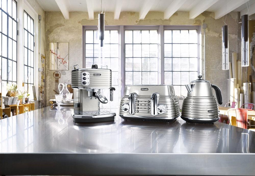 """Retro pákový kávovar De´Longhi Scultura ECZ 351.BG z nehrdzavejúcej ocele je tradičný prístroj, ktorý pripraví espresso pod tlakom 15 barov s bohatou """"cremou"""". Tá vznikne vďaka dvojitému filtru, ktorý je vhodný na mletú i porciovanú kávu. Kávovar má špeciálny """"capuccino system"""" – zabudovaná dýza zmieša paru, vzduch a mlieko a vytvorí bohatú, krémovú penu ideálnu na ktorýkoľvek mliečny nápoj. Nádržka na vodu s kapacitou 1,4 l je umiestnená v zadnej časti prístroja. Cena 154,75 €, www.delonghi.com/sk-sk."""