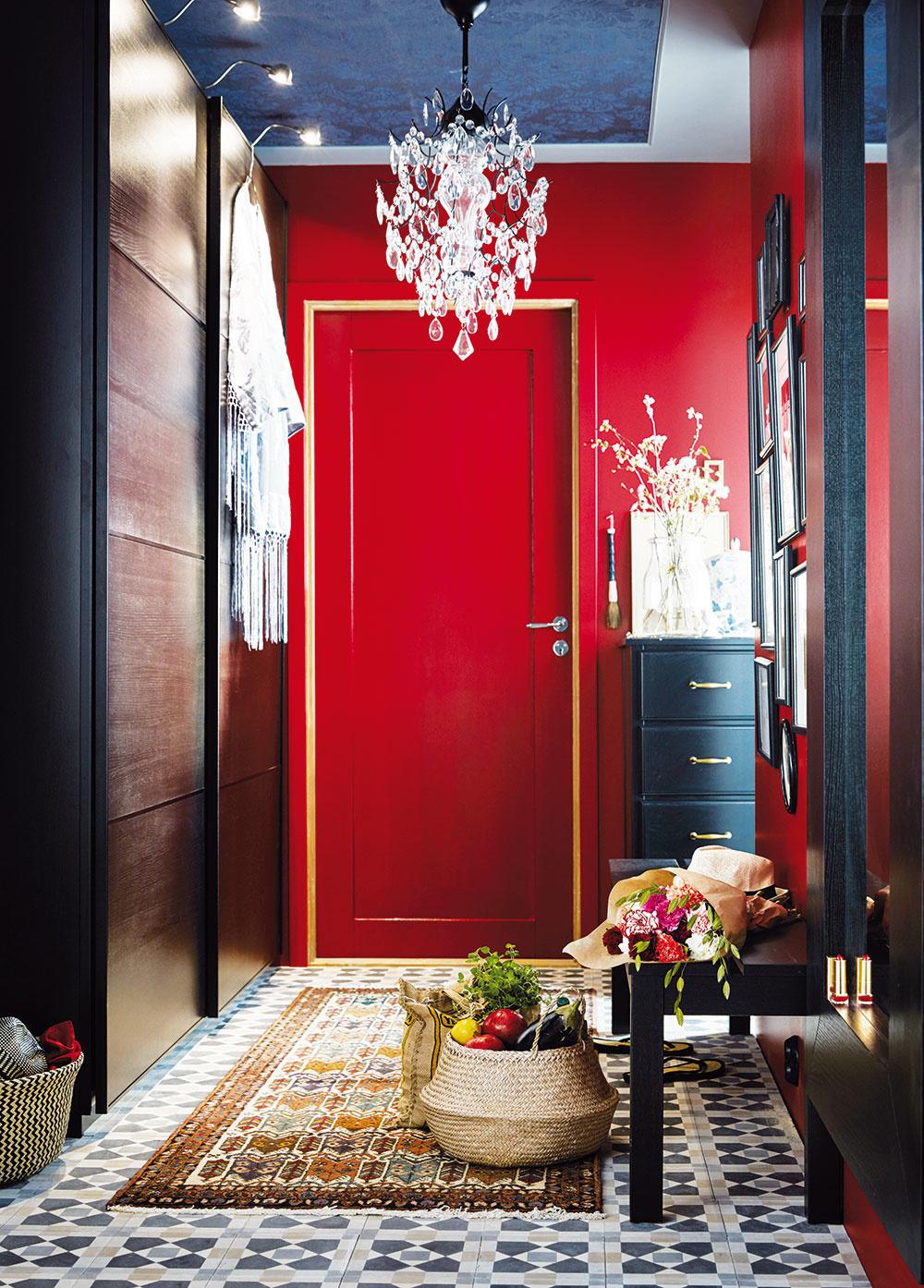 Aj vstupná hala môže pôsobiť noblesne, ba priam kráľovsky. Stačí, ak spolu zmiešate tie správne ingrediencie – slávnostnú tmavočervenú farbu na stenách, honosný krištáľový luster, zlaté úchytky na skrinke, luxusný koberec. Tento mix sa zaručene postará ovstup, zktorého každá návšteva ostane ohromená.
