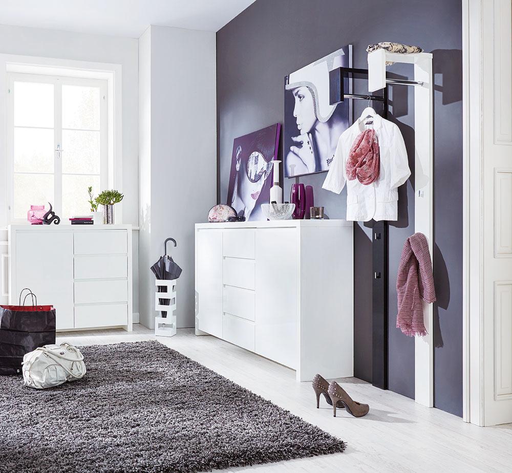 Obrazy krásne ukážu zavesené na stene, ale veľmi efektne pôsobia aj položené na komode. Zaobstarajte si také, ktoré potešia nielen vaše oči, ale aj dušu. Ktomu ešte pár drobností, ako napríklad vázičky, misky, svietnik alebo živé kvety, arazom je zchodby štýlová aveľmi trendy miestnosť.