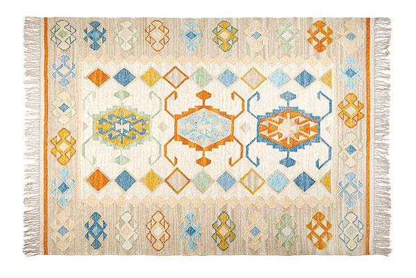 Farebný koberec Kilim, 74 % vlna, 26 % bavlna, 429 €, www.zarahome.com