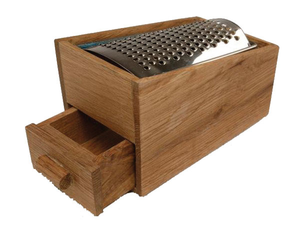 Strúhadlo na syr so zásuvkou, rozmery 14 × 8,5 × 9 cm, drevo, antikoro, 18,30 €, www.peknuo.sk