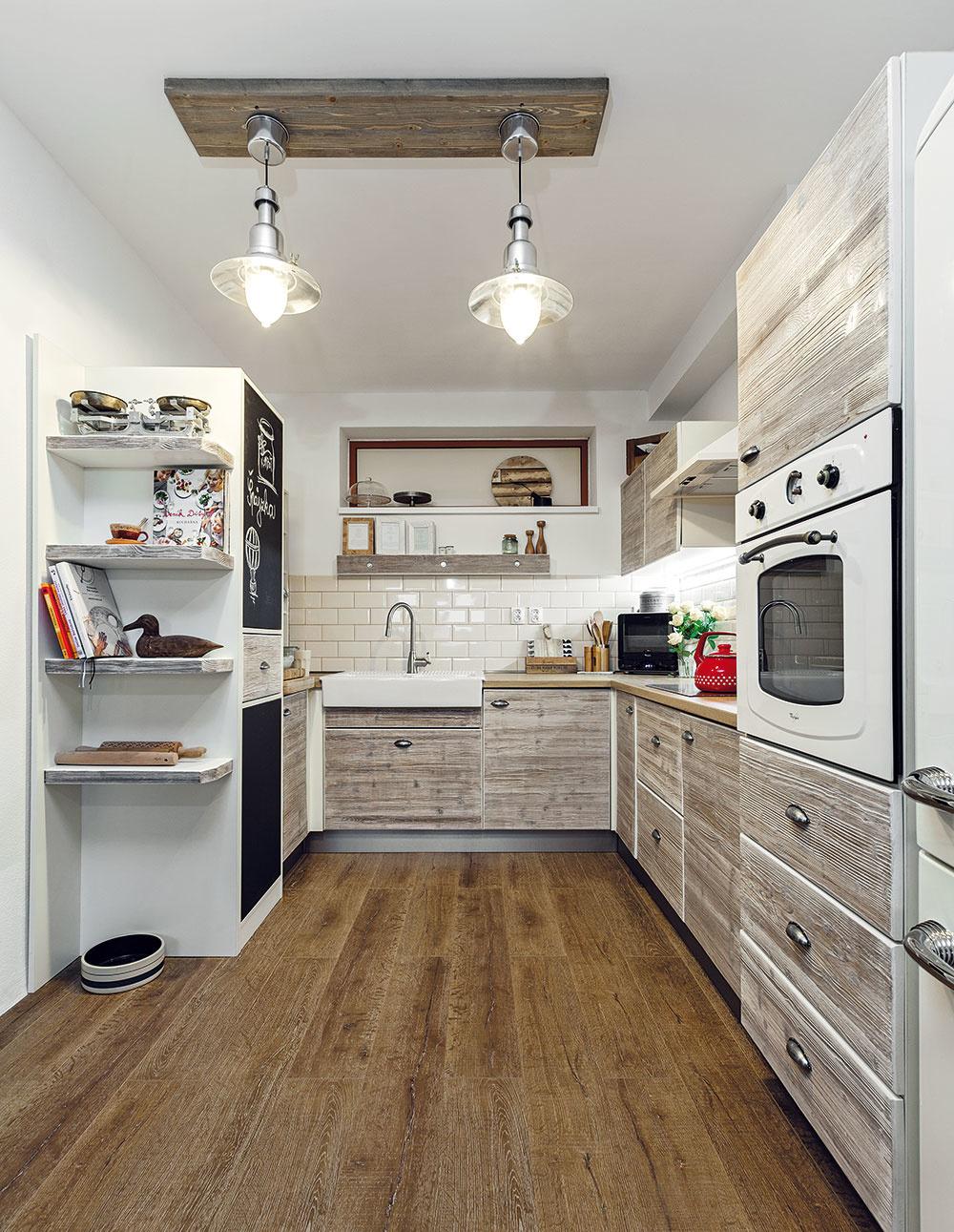 Ani lampy z IKEY nemusia pôsobiť opozerane a hromadne. Stačí ich umiestniť na inú základňu. Takú, ktorá sa hodí ku kuchyni, a svietidlá razom získajú úplne iný vzhľad. Jedinečný a originálny.