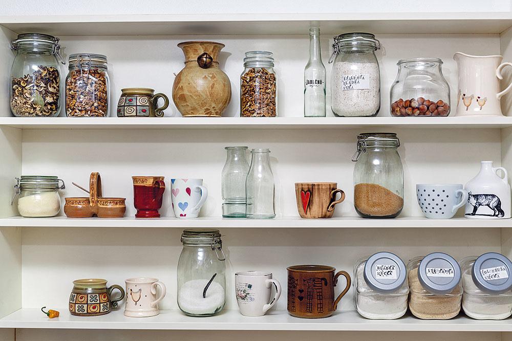 Predstavte si kuchyňu ako galériu všetkého, čo do nej patrí, a nechajte pár vecí trvalo na očiach. Hrnčeky rozprávajúce svoje príbehy, doštičky na krájanie, ktoré na čerstvom, nie skrinkovom vzduchu lepšie uschnú, či cementovú kachličku slúžiacu ako servírovacia tácka. Veci, ktoré sú v kuchyni stále v akcii, je lepšie mať bez prekážok na dosah.