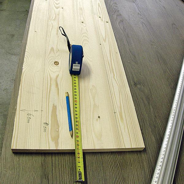 Smrekovú škárovku si rozmerajte na veľkosti dvierok a rozrežte ju pomocou stolovej píly podľa nameraných čiar.