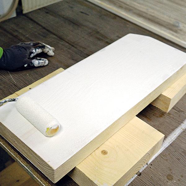 Zadnú stranu a bočné hrany po prebrúsení opätovne natrite, tentoraz bielou krycou farbou, a nechajte poriadne uschnúť.