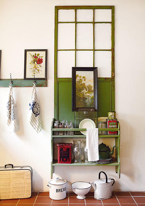 Staré dvere určite nevyhadzujte. Vdýchnete im nový život, hoci by ste ich len opreli o stenu. Ak si ich zafarbíte, pripevníte na ne zopár poličiek, jednoduchý nábytok vo vidieckom štýle máte raz-dva hotový.