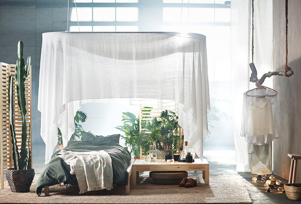 Príroda ako materiál  Prírodu dostanete do svojich domácností aj prostredníctvom použitých materiálov afarieb. IKEA sa prírodou inšpirovala aj pri návrhu kolekcie Hjärtelig. Svoj relaxačný kútik si môžete teraz jednoducho vytvoriť aj priamo vposteli. Baldachýn Hjärtelig nad posteľou poskytuje súkromie avytvára dojem izby vizbe. Je vhodný na použitie v interiéri. Priehľadná látka je utkaná zbavlny aľanu, prírodných materiálov, vďaka ktorým budete spať vo vzdušnom azdravom prostredí.