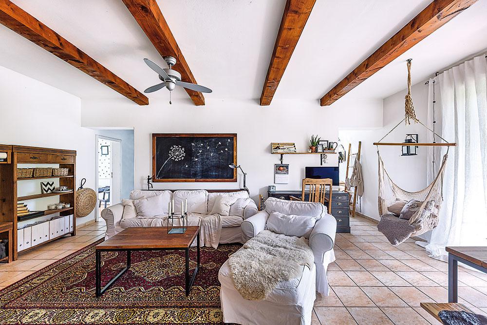 Za obývačkovou stenou sú umiestnené dve takmer rovnako veľké miestnosti – vľavo kúpeľňa, vpravo kuchyňa.