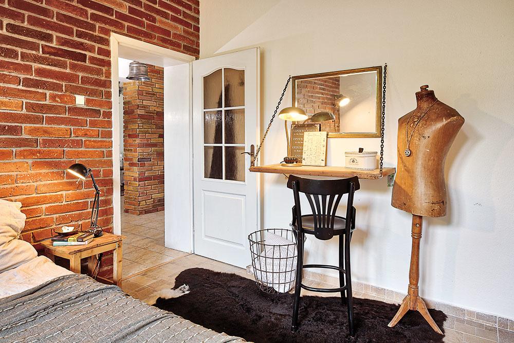 Vrodičovskej spálni vládne pohodová vintage atmosféra. Aj tu je štýlovým základom neomietnutá tehlová stena.