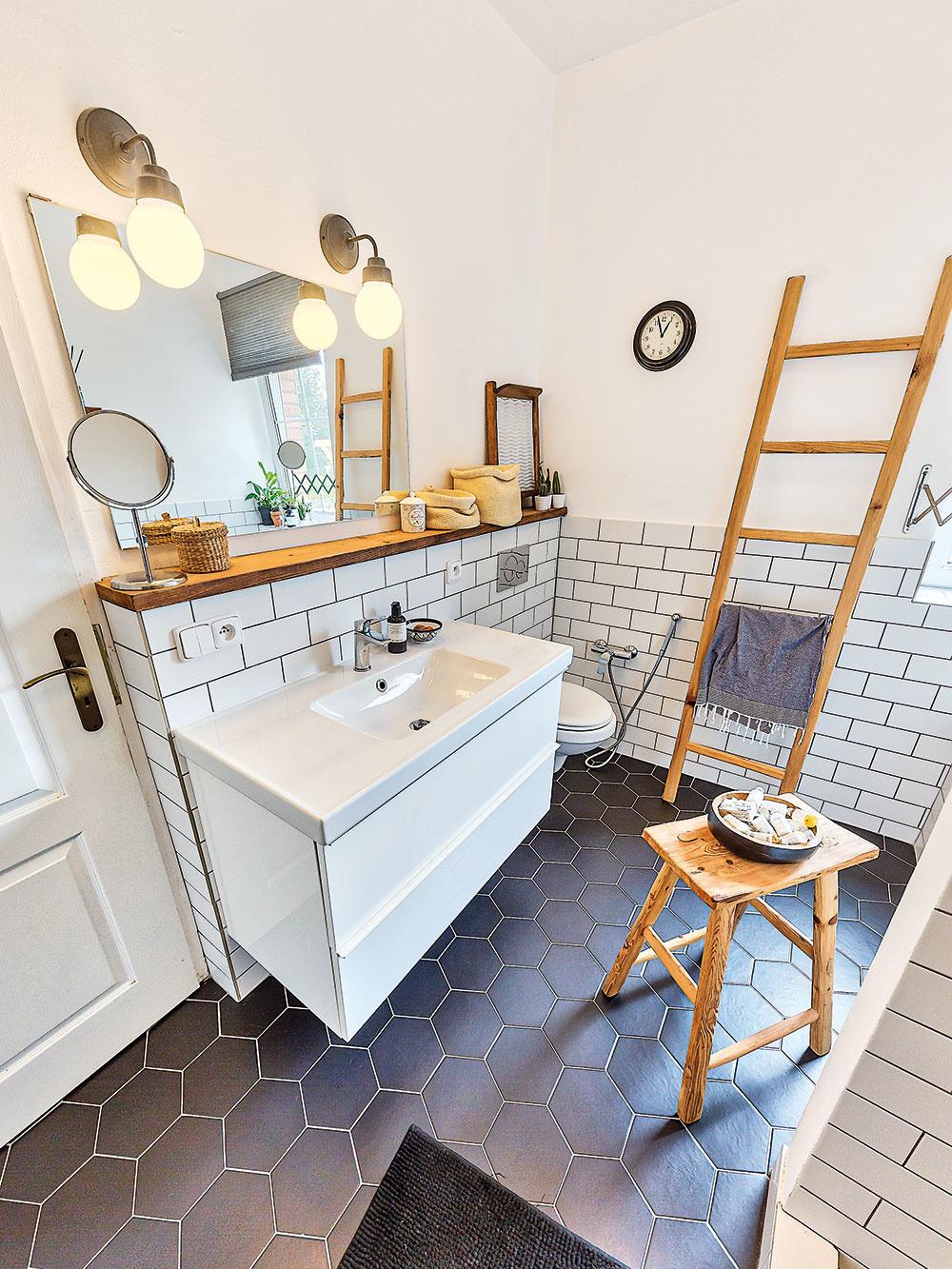 Vkúpeľni vládne jednoduchosť aprírodné materiály, ktoré sú typickým znakom celého domu. Keďže je takmer rovnako veľká ako symetricky umiestnená kuchyňa, pohodlne sa sem zmestila vaňa aj sprchovací kút.