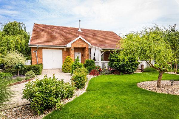 Ako na anglickom vidieku: Prízemný rodinný dom s tehlovým obkladom a krásnou záhradou
