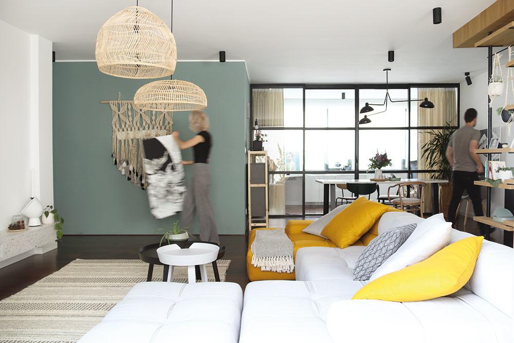 Zasklená stena, ktorá oddelila priestor novej pracovne od dennej zóny, bola dôležitá zfunkčného aj estetického hľadiska. Cieľom ateliéru Hausmaus bolo navrhnúť flexibilný deliaci systém, ktorý do koncepcie bytu zapadne vizuálne aj materiálovo. Zviacerých návrhov si majitelia vybrali čiernu oceľovú konštrukciu, ktorú potom dali vyrobiť na mieru.