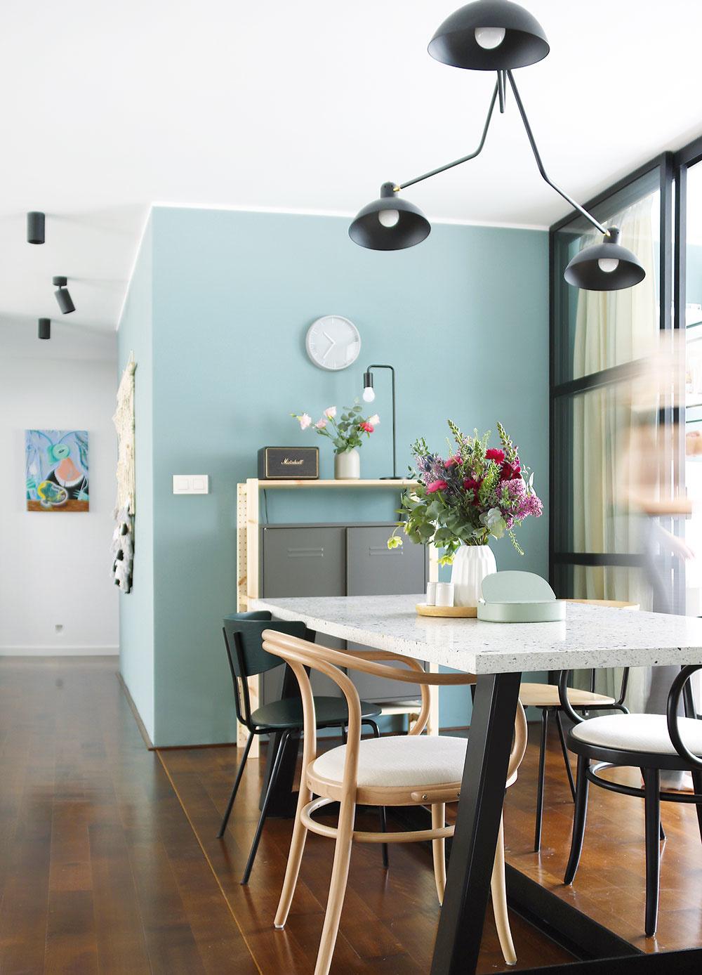 Veľký jedálenský stôl je dominantným kusom nábytku, ktorý si prirodzene žiada originalitu. Tú získal vďaka kombinácii terazzovej dosky akovovej podnože. Spolu snimi však nadobudol aj veľkú hmotnosť, sktorou je nutné počítať.